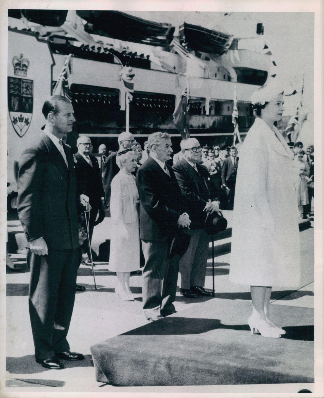 Arrivée de la reine Elizabeth II et du prince Philip à Québec, en juin 1959. Maurice Duplessis, premier ministre du Québec, et Onésime Gagnon, lieutenant-gouverneur, sont présents pour la cérémonie d'accueil. En arrière-plan, on peut distinguer le yacht royal Britannia. Photo: Inconnu, 1959, Bibliothèque et archives nationales, P600, S6, D1 ,P694